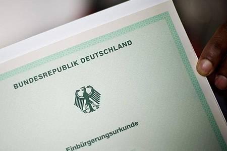 Der Sachverständigenrat für Integration und Migration (SVR) hat Bund und Ländern empfohlen, die praktischen Hürden für die Einbürgerung zu senken. Foto: Julian Stratenschulte/dpa