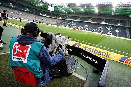 Alle Spiele der Fußball-Bundesliga werden weiter im Internet oder TV zu sehen sein. Foto: Roland Weihrauch/dpa