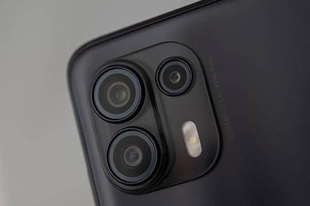 Beim Motorola Edge 20 Lite gibt es neben der Hauptkamera mit 108 Megapixeln noch eine Ultraweitwinkelkamera. Die dritte Linse ist eine Kamera nur für Tiefeninformationen. Foto: Zacharie Scheurer/dpa-tmn