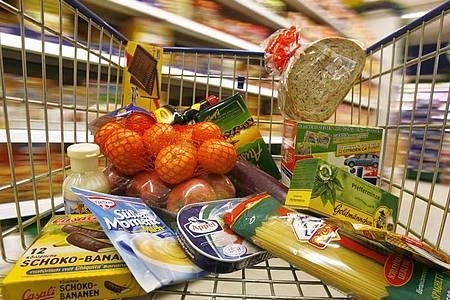 Beim Einkauf einen ausgewogenen Speisevorrat zusammenzustellen, fällt vielen Bundesbürgern laut einer Umfrage nicht leicht. Foto: Jens Wolf/dpa-Zentralbild/dpa-tmn