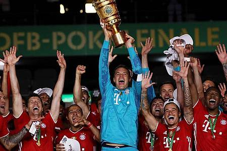 Bayern-Keeper Manuel Neuer feiert den erneuten Doppelsieg von Meisterschaft und Pokal. Foto: Alexander Hassenstein/Getty Images Europe/Pool/dpa