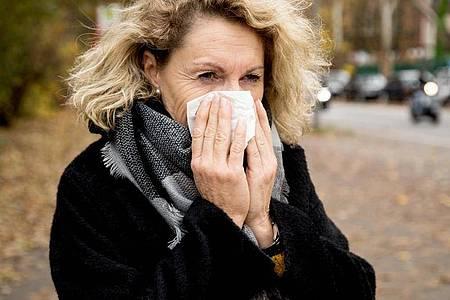 Schnupfen ist ein typisches Erkältungssymptom. Foto: Christin Klose/dpa-tmn