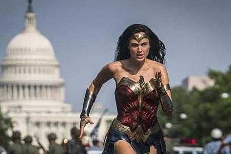 Gal Gadot spielt die Hauptdarstellerin «Wonder Woman». An Weihnachten soll die Superheldinnengeschichte ausgestrahlt werden. Foto: Clay Enos/Warner Bros Pictures/AP/dpa