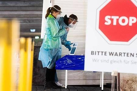 Helfer bereiten in Hannover Schnelltests auf das Coronavirus für Autofahrer vor. Foto: Julian Stratenschulte/dpa