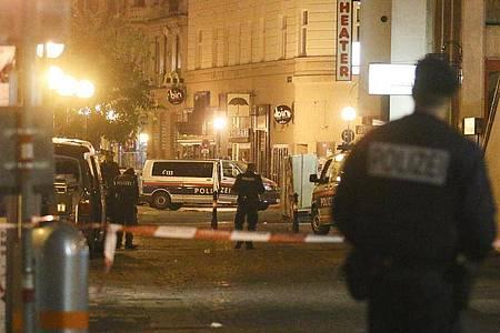 Polizeibeamte im Stadtzentrum von Wien in der Nacht des Anschlags am 2. November 2020. Foto: Ronald Zak/AP/dpa