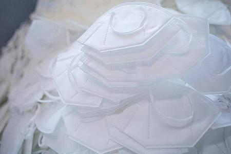 FFP2-Schutzmasken werden in einer Produktionsstätte hergestellt. (Symbolbild). Foto: Rolf Vennenbernd/dpa