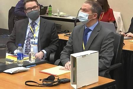 Eric Nelson (l), Anwalt des ehemaligen Polizisten Derek Chauvin, und sein Mandant Derek Chauvin. (Archivbild). Foto: -/Court TV Pool/AP/dpa