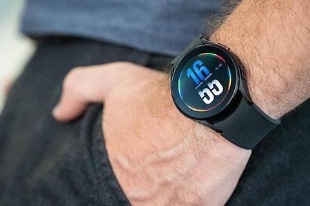 Flach und schön schlicht. Die Galaxy Watch 4 wirkt nicht aufdringlich technisch sondern eher wie eine normale Uhr. Wer das nicht mag, kann ein extrabuntes Ziffernblatt wählen. Foto: Franziska Gabbert/dpa-tmn