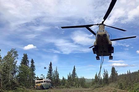 Ein Transporthubschrauber vor dem durch das Schicksal des Aussteigers Christopher McCandless bekannten Bus. Foto: Sgt. Seth Lacount/Alaska National Guard/AP/dpa