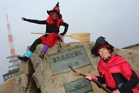 Irmgard Eggert und Hannelore Beyer aus Halberstadt sind am Walpurgistag im Hexenkostüm auf den Brocken gekommen. Foto: Matthias Bein/dpa-Zentralbild/dpa