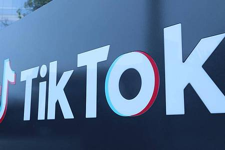 Die populäre Video-App Tiktok bekommt mehr Zeit, ungestört ihre Zukunft in den USA zu sichern. Foto: -/XinHua/dpa