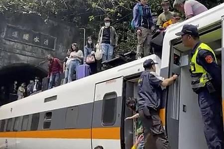 In diesem Bild, das aus einem von hsnews.com.tw veröffentlichten Video stammt, wird Passagieren geholfen, aus einem entgleisten Zug zu klettern. Foto: Uncredited/hsnews.com.tw/AP/dpa