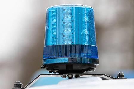 Das Blaulicht eines Polizei-Einsatzwagens. (Bildarchiv). Foto: Friso Gentsch/dpa