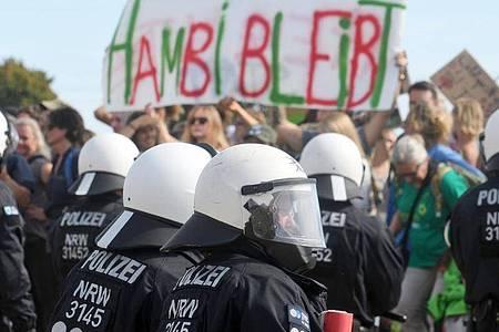Teilnehmer einer Demonstration gegen die Rodung des Waldes am Hambacher Forst. Foto: Henning Kaiser/dpa/Archiv