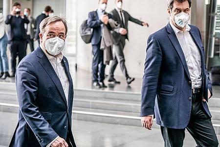 Markus Söder kommt neben Armin Laschet zu einer Pressekonferenz im Bundestag. Foto: Michael Kappeler/dpa