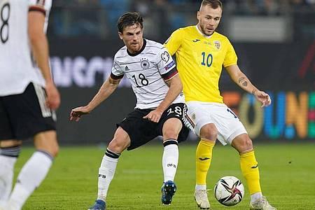 Deutschlands Jonas Hofmann und Rumäniens Alexandru Maxim kämpfen um den Ball. Foto: Marcus Brandt/dpa