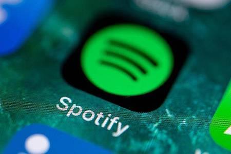 Der Musikstreaming-Marktführer Spotify kann sich in der Corona-Krise bisher auf sein Abo-Geschäft verlassen. Foto: Fabian Sommer/dpa