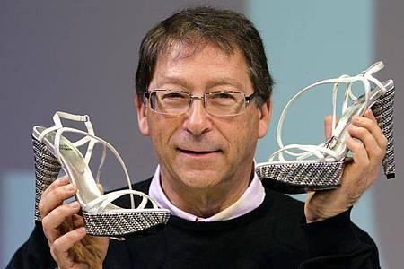 Stuart Weitzman präsentiert eine von ihm entworfene Kreation. Foto: Federico Gambarini/dpa