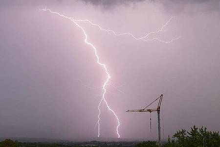 Ein Blitz schlägt bei einem Gewitter im Taunus ein. In großen Teilen Deutschlands kann es auch am Wochenende kräftige Gewitter geben. Foto: Julian Stratenschulte/dpa
