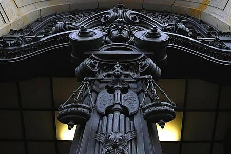 Eine Figur der Justitia ist an der Fassade des Kriminalgerichts Moabit. In Berliner Strafprozessen dürfen Rechtsreferendarinnen nun Kopftuch tragen. Foto: Sonja Wurtscheid/dpa