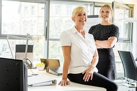 Bei Mentorenpärchen hilft eine junge Mitarbeiterin der älteren bei technischen Fragen und Problemen. Foto: Christin Klose/dpa-tmn