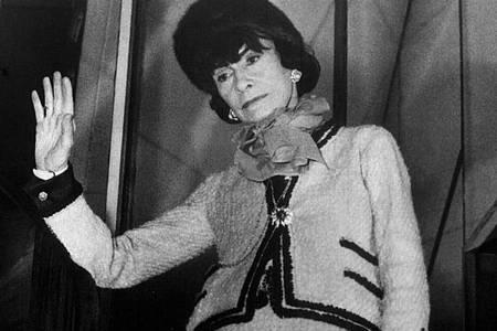 Die französische Modeschöpferin Coco Chanel in einem von ihr entworfenen «Chanel-Kostüm». Foto: UPI/dpa