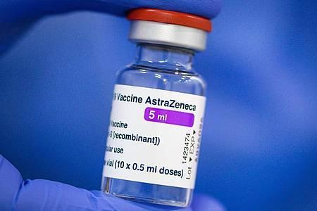 Impfwillige sollen sich nach dem Willen von Gesundheitsminister Jens Spahn (CDU) künftig ohne Rücksicht auf die gültige Vorrangliste gegen Corona impfen lassen können - wenn sie sich für Astrazeneca entscheiden. Foto: Robert Michael/dpa-Zentralbild/dpa