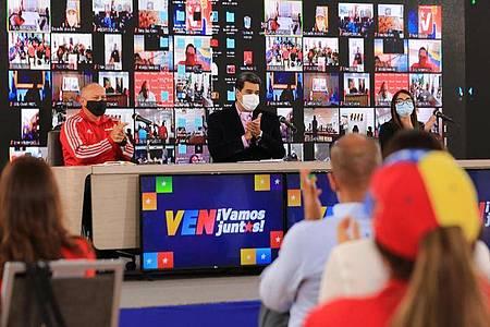 Nicolas Maduro (M), Präsident von Venezuela, nimmt an einer Veranstaltung mit Kandidaten für die Nationalversammlung teil. Am 6. Dezember wird in Venezuela ein neues Parlament gewählt. Foto: Jhonn Zerpa/Prensa Miraflores/dpa