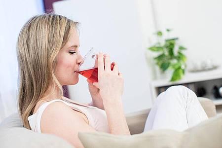 Wer fastet, sollte viel trinken - mindestens 2,5 Liter pro Tag, sagen Experten. Foto: Christin Klose/dpa-tmn