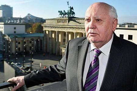 Der frühere sowjetische Staatspräsident Michail Gorbatschow am Pariser Platz, im Hintergrund das Brandenburger Tor. Foto: Jens Kalaene/dpa-Zentralbild/dpa