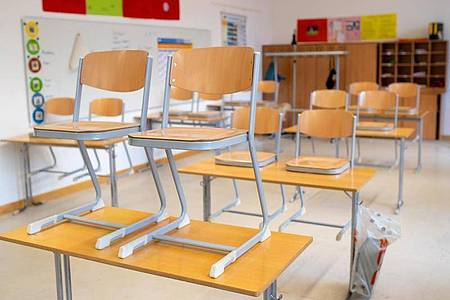 Leeres Klassenzimmer: Die meisten Deutschen befürworten eine erneute Schließung der Schulen und Kitas. Foto: Sven Hoppe/dpa