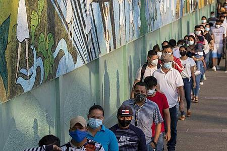 Schlange vor einem Wahllokal in Guayaquil. Foto: Angel Dejesus/AP/dpa