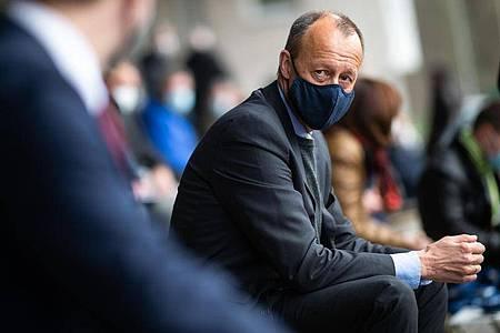 Friedrich Merz (CDU), ehemaliger Vorsitzender der Unions-Fraktion im Bundestag, sitzt auf der Tribüne des Stadions Große Wiese. Foto: Jonas Güttler/dpa