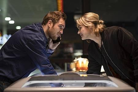 """Luise Heyer (r) als Ghost und Frederick Lau als Tim in einer Szene des Films """"Generation Beziehungsunfähig"""". Foto: -/Warner Bros. Germany GmbH/dpa"""