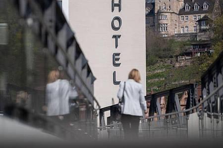 Hotels und Pensionen dürfen teilweise wieder öffnen. Foto: Marijan Murat/dpa