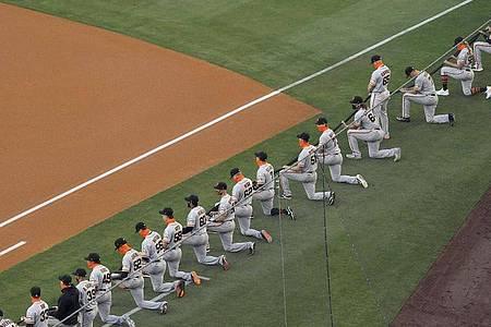 Die Spieler San Francisco Giants knien während einer Schweigeminute vor dem MLB-Eröffnungsspiel. Foto: Mark J. Terrill/AP/dpa
