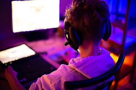 Gamer vor dem Monitor