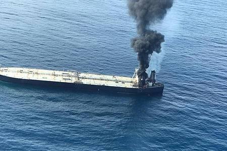 Rauch steigt von einem in Panama registrierten Öltanker etwa 38 Seemeilen (70 Kilometer) östlich von Sri Lanka auf. 270.000 metrische Tonnen Öl drohten ins Meer auszulaufen. Foto: Uncredited/Sri Lankan Air Force/AP/dpa