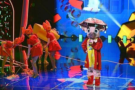 Die Figur «Schwein» tritt in der ersten Folge der vierten Staffel der ProSieben-Show «The Masked Singer» auf. Foto: Willi Weber/ProSieben/dpa