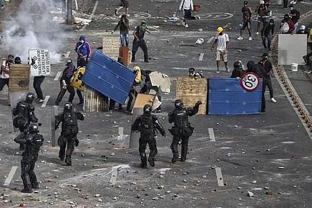 Demonstranten stoßen mit der Polizei während eines nationalen Streiks gegen die Steuerreform zusammen. Foto: Andres Gonzalez/AP/dpa