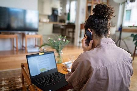 Telefonkonferenz aus dem Wohnzimmer. Foto: Sebastian Gollnow/dpa