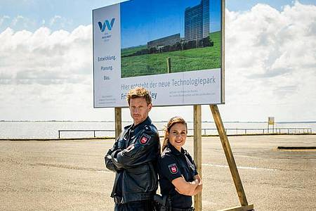 """Süher Özlügül (Sophie Dal) und Henk Cassens (Maxim Mehmet) in einer Szene aus """"Friesland - Haifischbecken"""". Foto: Willi Weber/ZDF/dpa"""