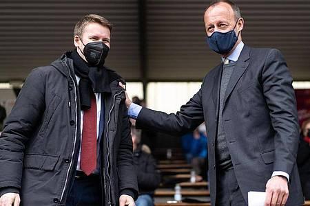 Friedrich Merz und Patrick Sensburg schütteln sich nach Bekanntgabe des Wahlergebnisses die Hände. Foto: Jonas Güttler/dpa