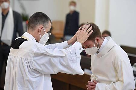 Unter dem Motto #liebegewinnt laden Pfarrer in ganz Deutschland um den 10. Mai herum zu Gottesdiensten ein, in denen homosexuelle Paare gesegnet werden können. Foto: Felix Hörhager/dpa