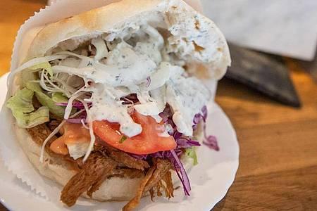 Im Imbisses «Vegöner» werden vegane Burger, Dürüm und Döner verkauft. Vor allem viele junge Menschen ernähren sich inzwischen fleischlos. Foto: Daniel Karmann/dpa