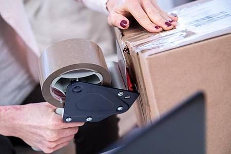 Wer zahlt, wenn die Ware zurückgeschickt werden muss? (Illustration). Foto: Christin Klose/dpa-tmn
