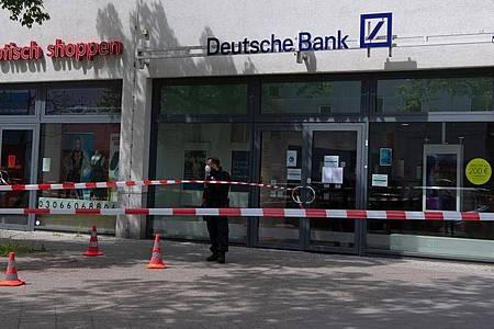 Gestern versuchten zwei Täter eine Bank in Berlin zu überfallen. Beute machten sie dabei keine. Foto: Paul Zinken/dpa-Zentralbild/dpa