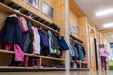 Kann das Kind in die Kita gehen? Viele Eltern blicken mit Sorge in Richtung Herbst. Foto: Sebastian Gollnow/dpa/dpa-tmn