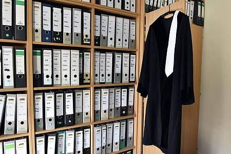 Nach Recherchen des Richterbunds ist in den vergangenen vier Jahren bundesweit nur ein Richter oder Staatsanwalt wegen Verstoßes gegen die Pflicht zur Verfassungstreue aus dem Amt entfernt worden. Foto: Jens Kalaene/dpa-Zentralbild/dpa