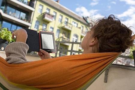 Wenn es sich einrichten lässt, ist die Isolation zu Hause eine gute Gelegenheit, mal wieder in Ruhe ein Buch zu lesen. Foto: Florian Schuh/dpa-tmn